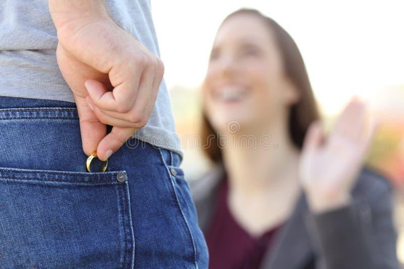 与他的恋人的骗子掩藏的婚戒约会 库存图片