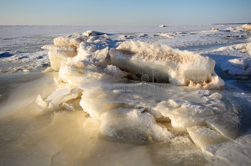 与冻结的海海岸线的冬天风景 库存照片