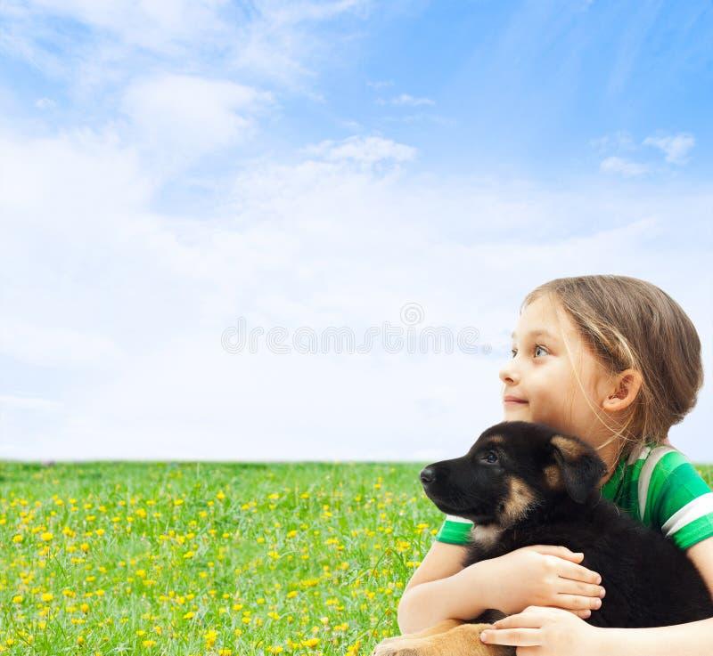 与他的狗的孩子 免版税库存图片