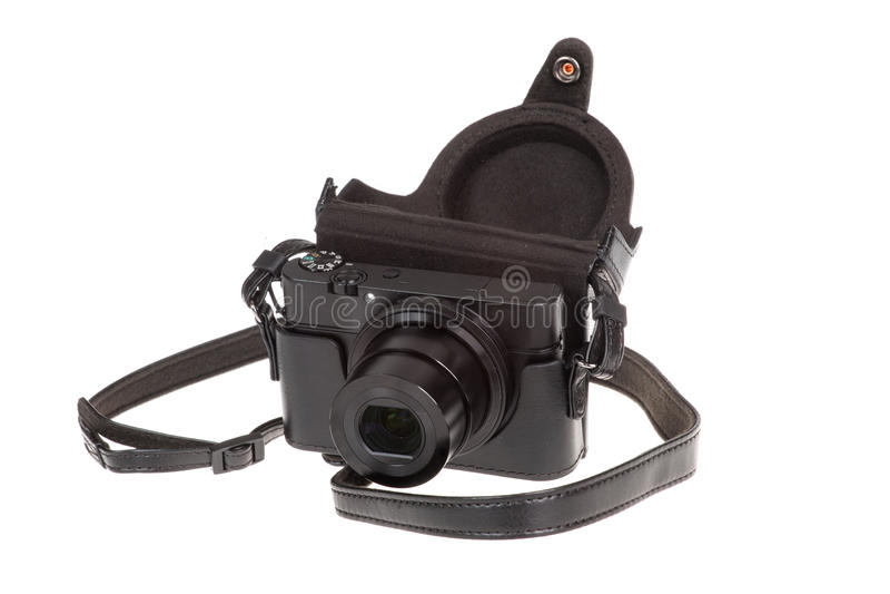 与黑皮革盒的数字式袖珍相机,隔绝在白色 免版税图库摄影