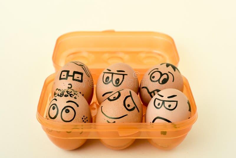 与滑稽的面孔的红皮蛋 免版税图库摄影