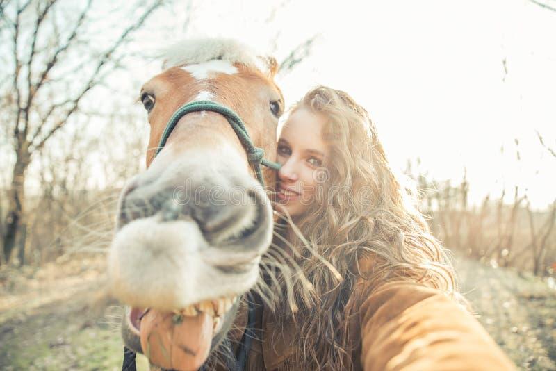 与滑稽的面孔马的Selfie 库存照片