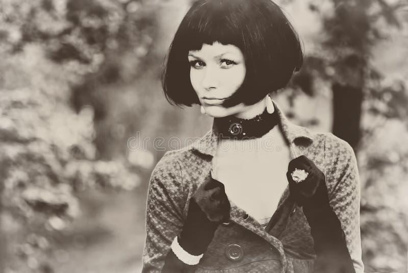 与黑突然移动头发发型葡萄酒减速火箭乌贼属老性感的年轻美好的俏丽的妇女女孩夫人模型年迈的 免版税库存照片