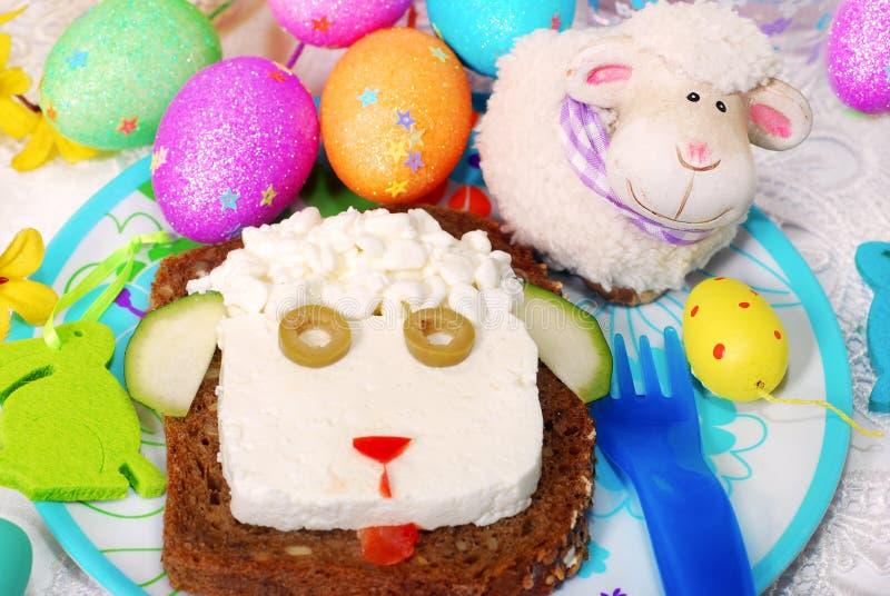 与绵羊头的复活节三明治孩子的 免版税库存照片
