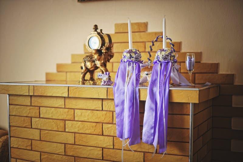 与紫色丝带的婚礼蜡烛 库存图片