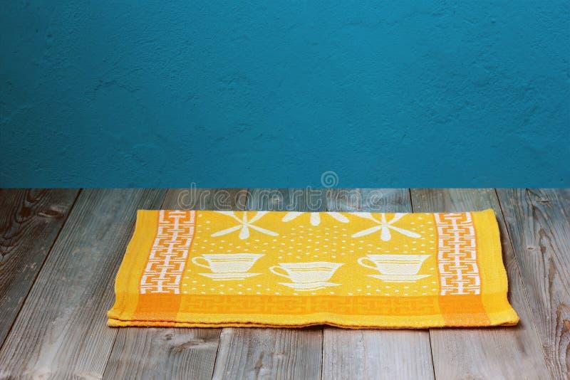 与黄色亚麻制毛巾的空白的木地板 库存照片