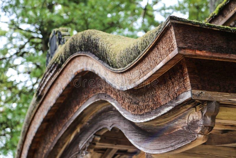与绿色叶子的传统日本屋顶曲线 免版税库存照片