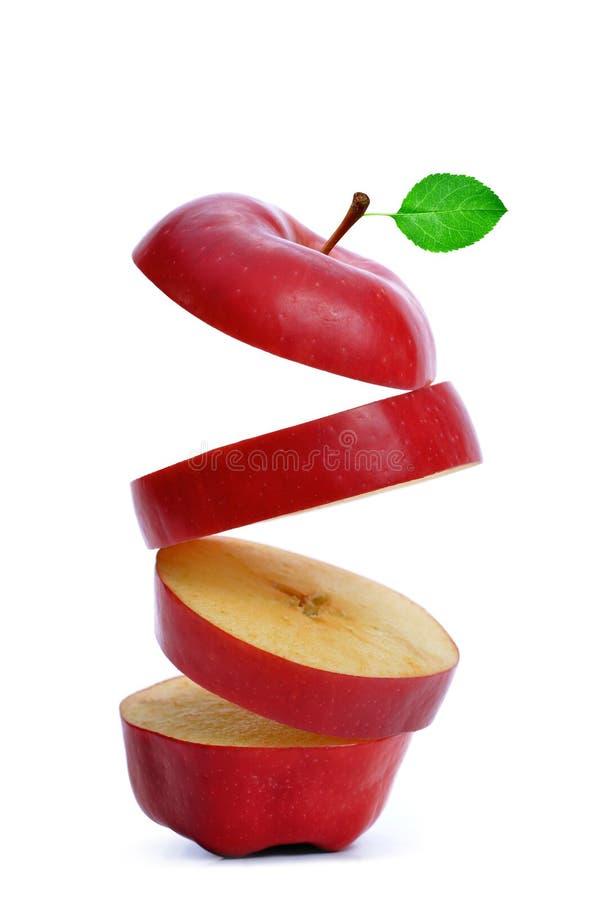 与绿色叶子的切的红色苹果 免版税库存图片