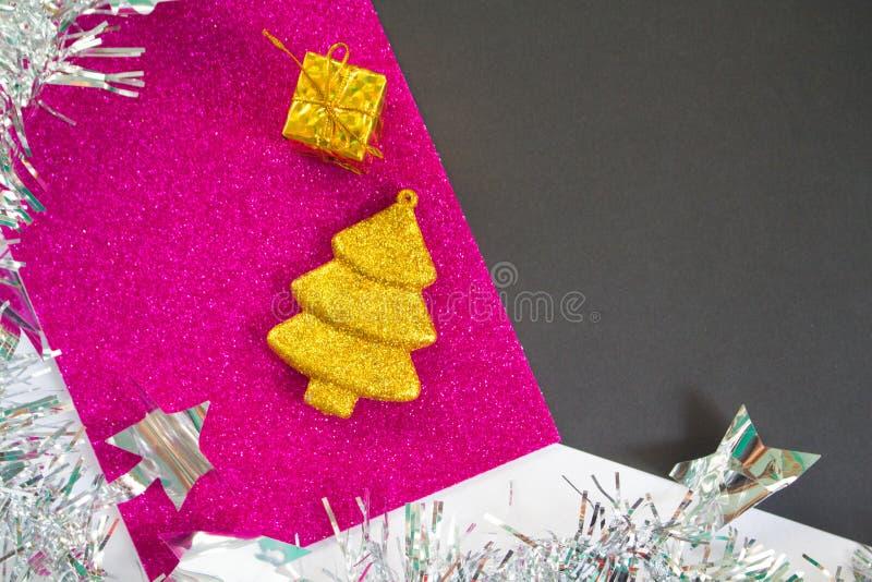 与黑色和桃红色闪烁纸的圣诞节或新年背景 免版税库存照片