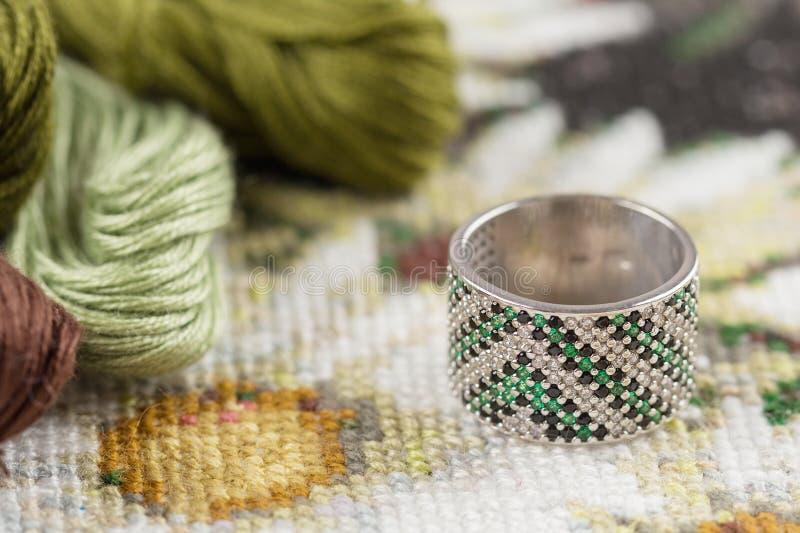 与绿色宝石的银色圆环 库存照片