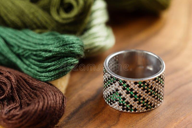 与绿色宝石的银色圆环 库存图片
