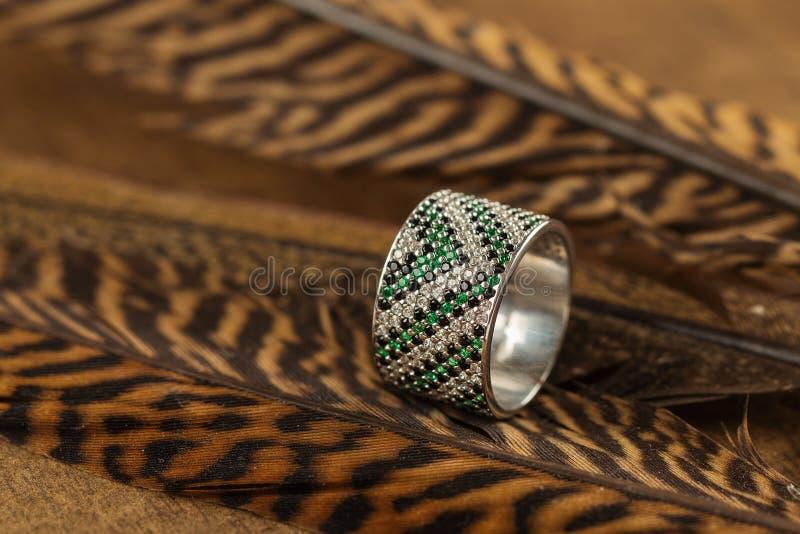 与绿色宝石的银色圆环 免版税库存照片