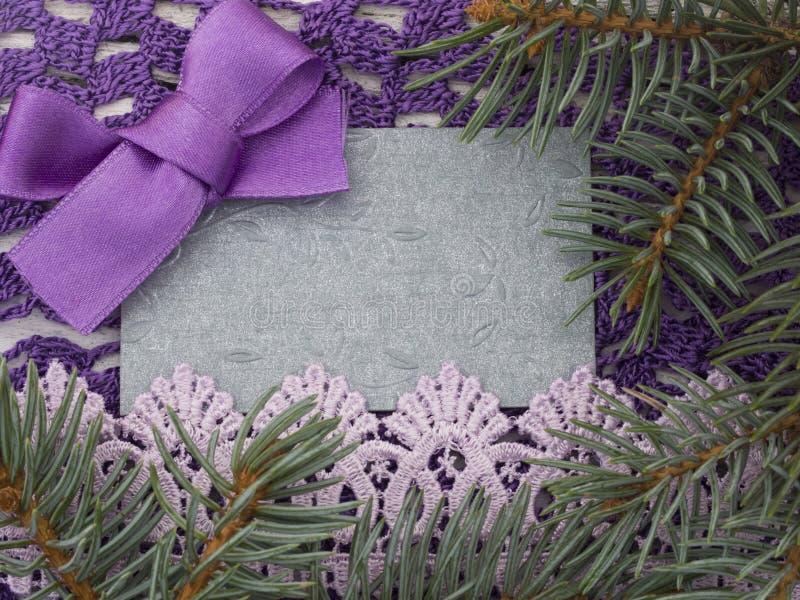 与紫色弓的圣诞节笔记 库存图片