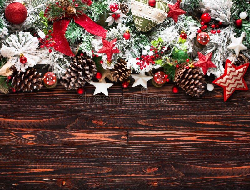 与绿色杉木、五颜六色的中看不中用的物品、结用莓果和星的圣诞快乐框架 库存图片