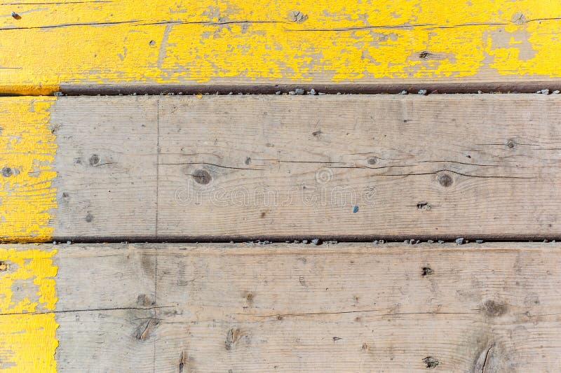 与黄色油漆的老木纹理背景 库存图片
