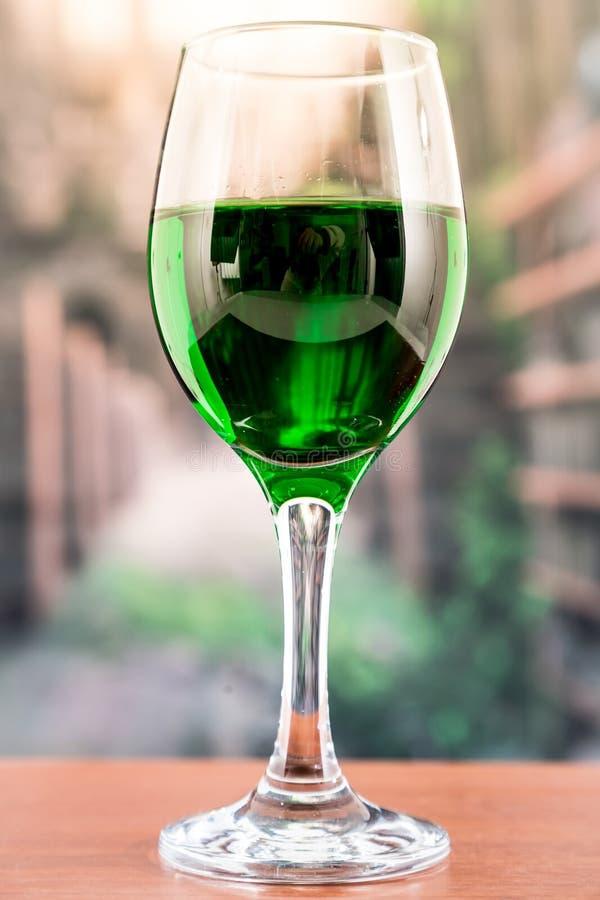 与绿色液体鸡尾酒的玻璃 免版税库存照片