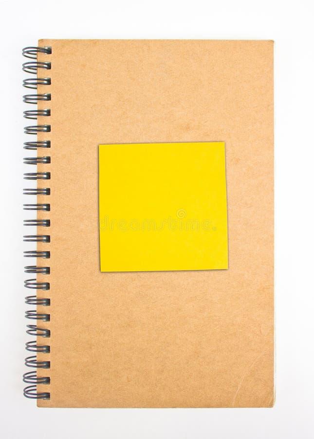 与黄色稠粘的笔记的被回收的纸笔记本封面。 图库摄影