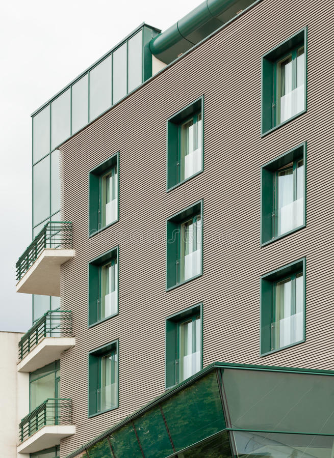 与绿色窗口的办公楼 库存图片
