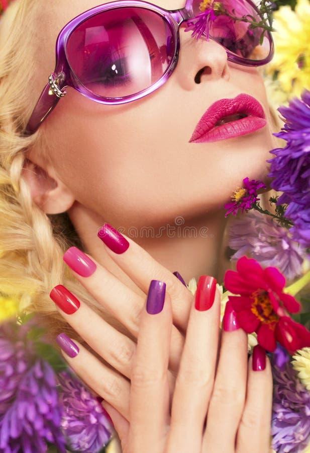 与紫色翠菊的夏天修指甲 图库摄影