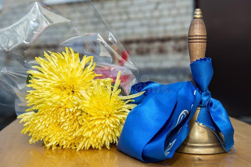 与黄色花的守旧派响铃 图库摄影