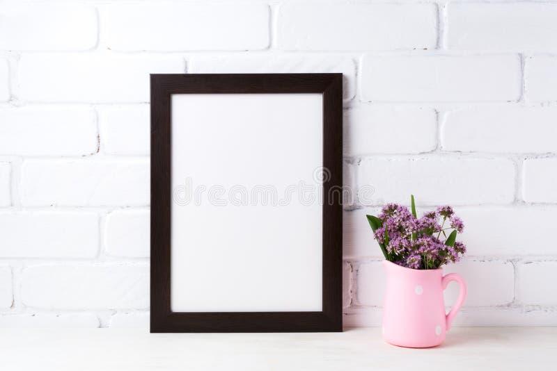 与紫色花的黑棕色框架大模型在圆点桃红色 免版税库存图片