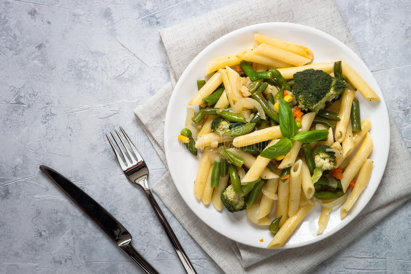 与绿色菜的意大利素食面团penne 免版税库存照片