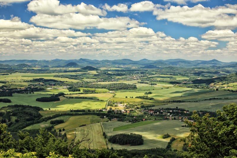 与绿色领域和村庄的捷克农村风景 库存照片