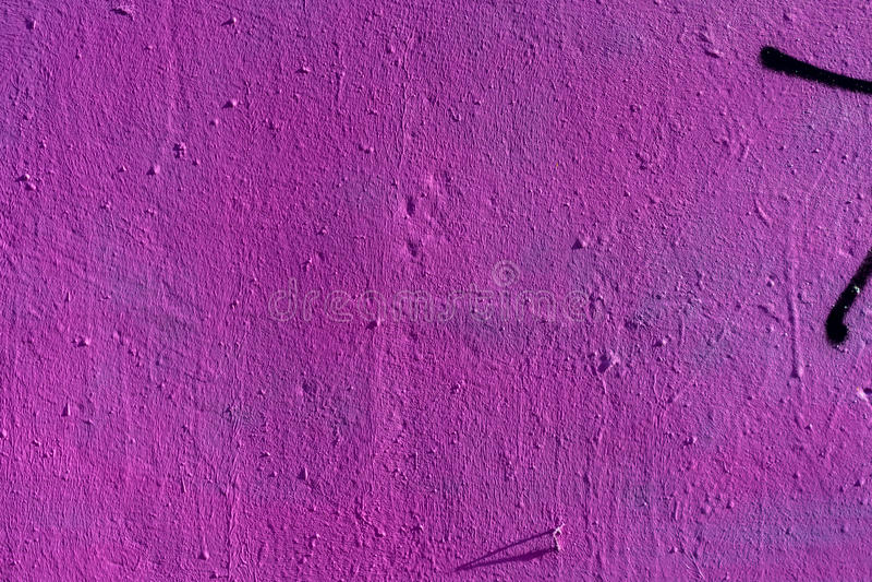 与紫色颜色的抽象难看的东西纹理背景 在老粗砺的肮脏的金属表面特写镜头,空间的年迈的油漆为 免版税库存图片