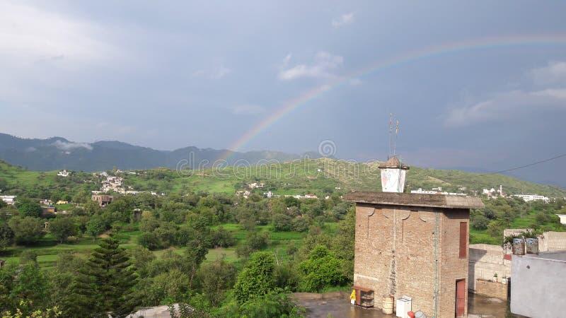 与绿色风景的Beautifull彩虹 库存照片