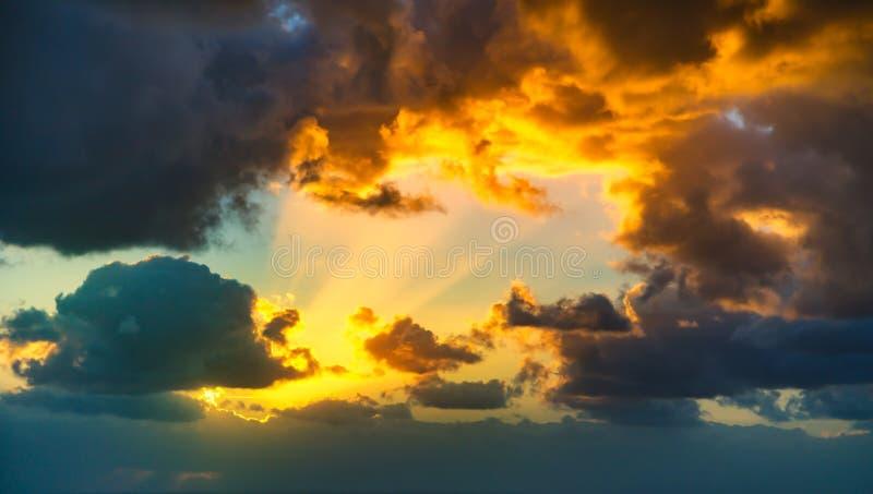 与黄色,蓝色和橙色雷暴分类的剧烈的日落天空 免版税库存图片