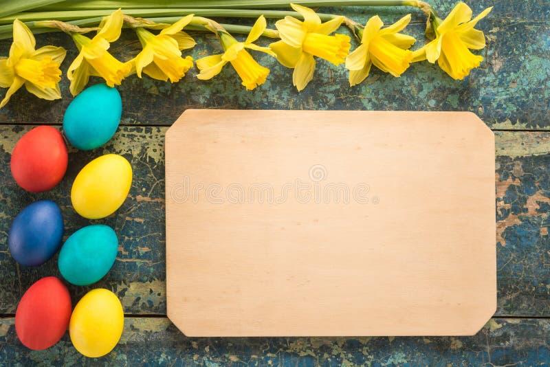 与黄水仙花的复活节彩蛋 免版税图库摄影