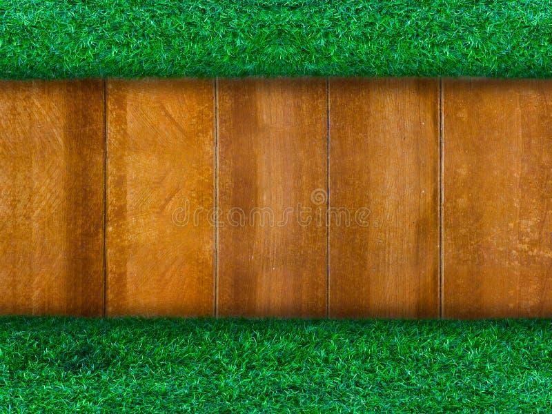 与绿草的木盘区背景的 免版税库存照片