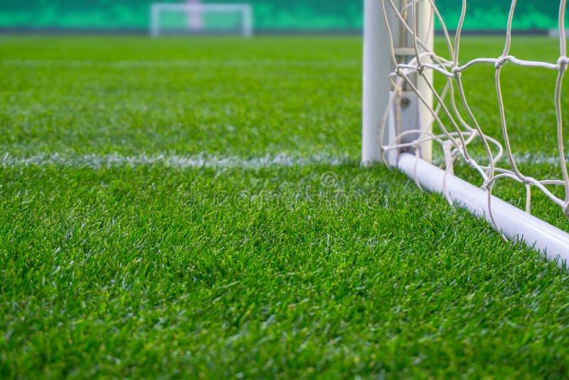 与绿草的足球场 在体育场竞技场的橄榄球目标 免版税图库摄影