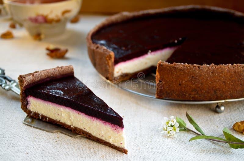 与黑莓果冻和核桃的自创巧克力奶油馅饼 库存照片