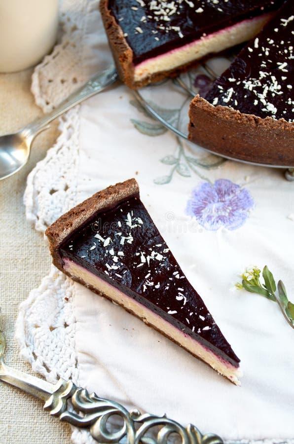 与黑莓果冻和核桃的自创巧克力奶油馅饼 免版税库存图片