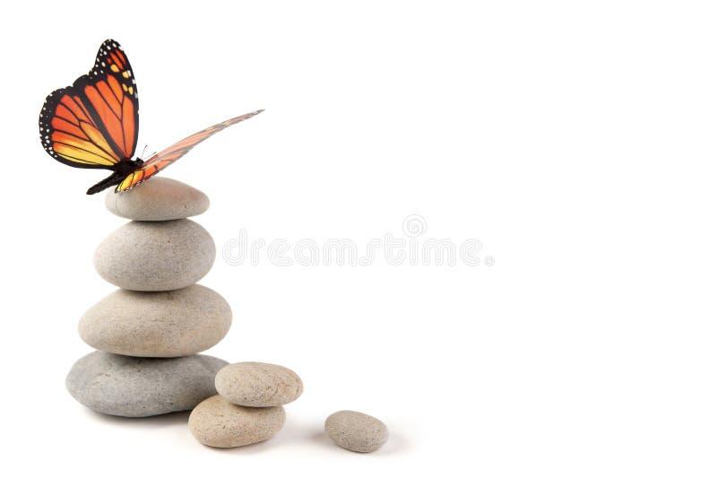 与蝴蝶的平衡的石头 免版税库存照片