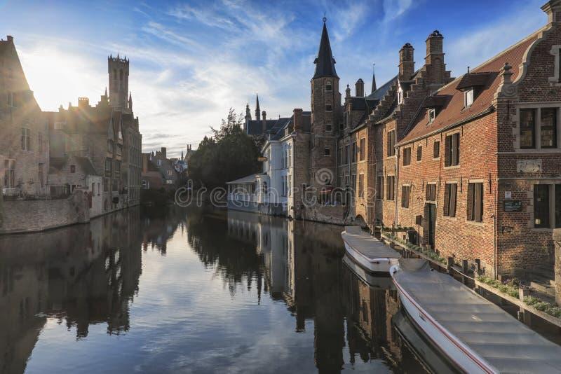 与水运河的风景在布鲁日,北部`的`威尼斯,富兰德,日落的比利时的都市风景 免版税库存图片