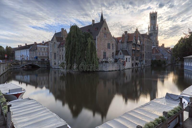 与水运河的风景在布鲁日,北部`的`威尼斯,富兰德,日落的比利时的都市风景 免版税库存照片