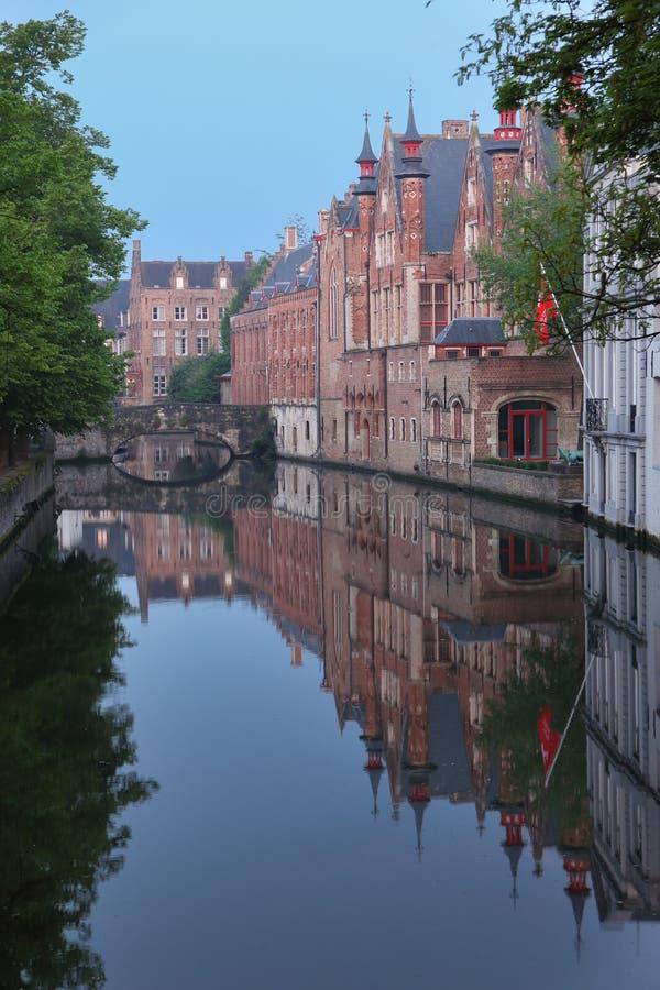 与水运河的风景在布鲁日,比利时 库存图片