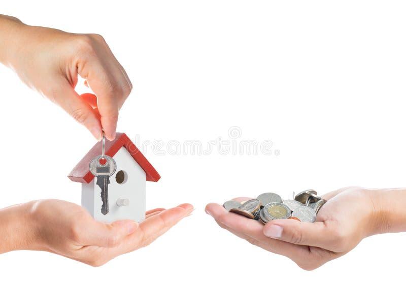 与给金钱和钥匙的买的物产概念 免版税库存照片