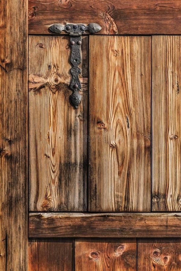 与锻铁的古色古香的土气松木门喂 库存照片