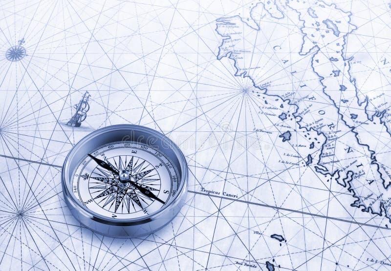 与黄铜指南针,蓝色光的老地图 免版税图库摄影