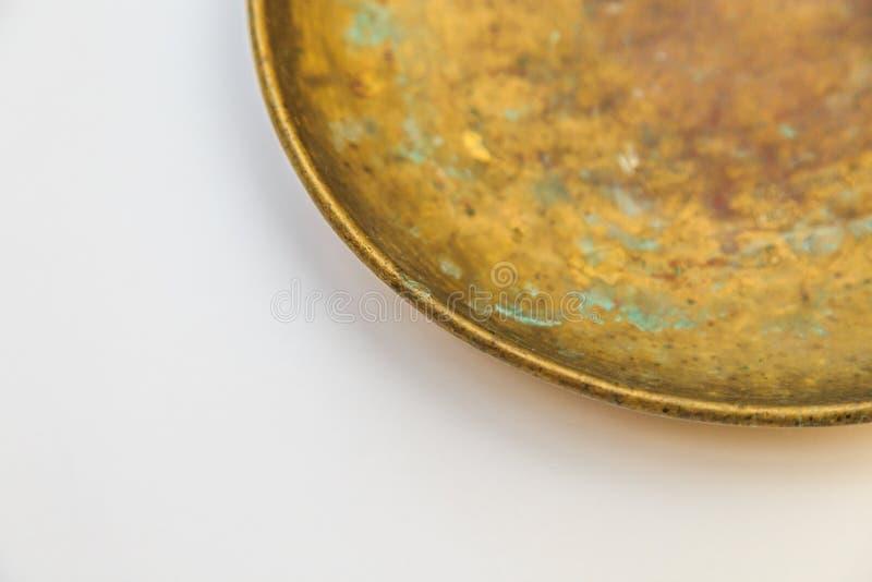 与黄铜杯子的葡萄酒测量的厨房标度 免版税库存图片