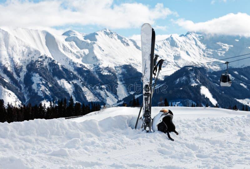 与滑雪、盔甲和风镜的冬天风景 库存图片