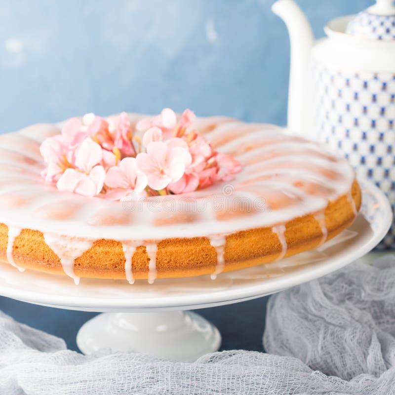 与结霜的Bundt蛋糕 欢乐款待春天花 图库摄影