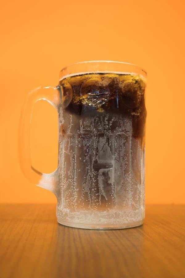 与结露的特写镜头冷淡的经典无醇饮料玻璃 免版税库存图片