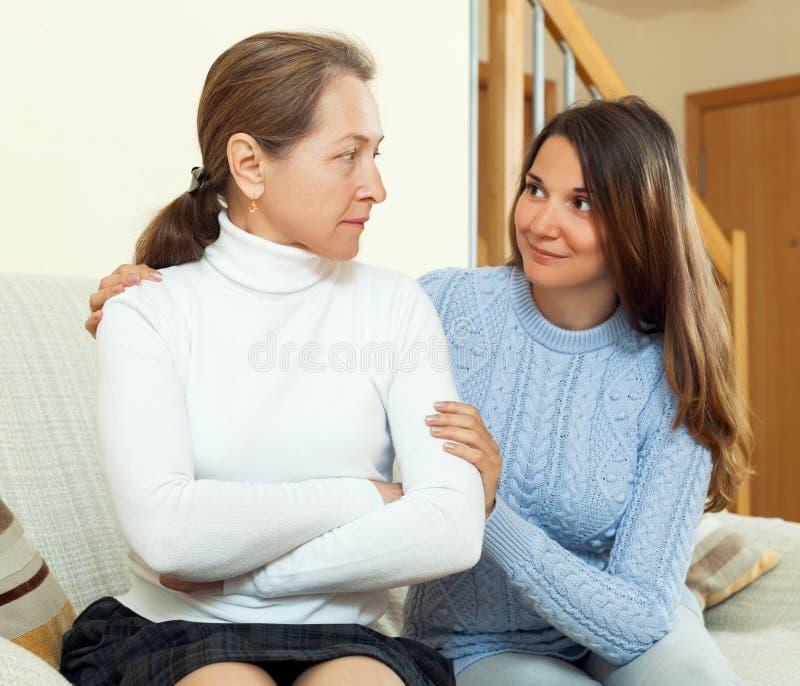 与他青少年的女儿的母亲和解 库存图片