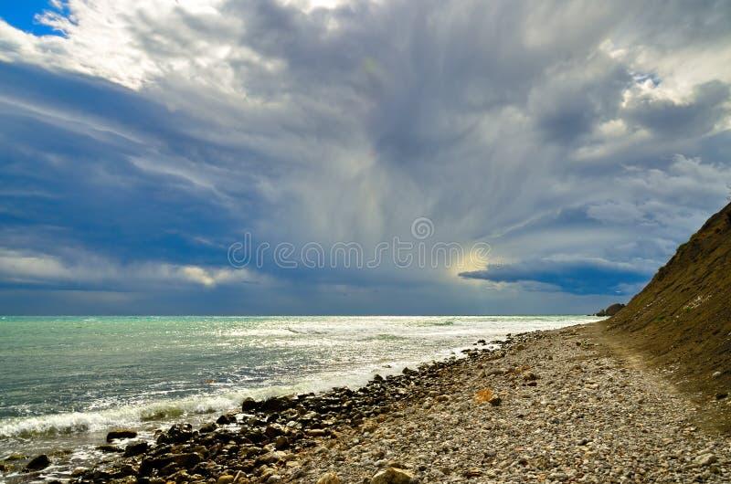 与暴风云的海景在岸黑海,克里米亚, Sudak的风景天空 免版税库存照片