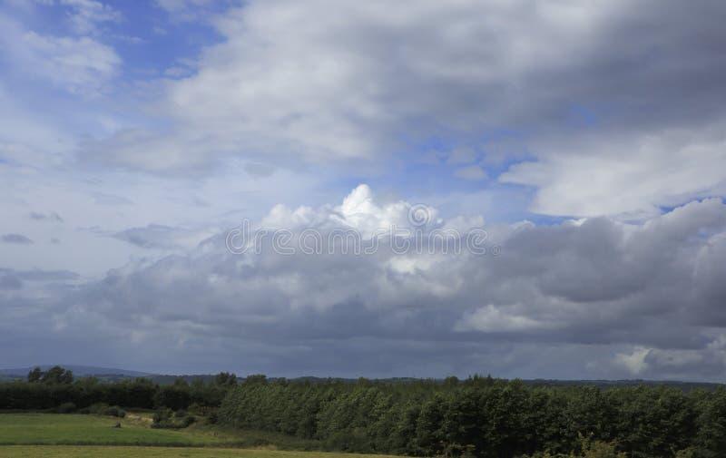 与暴风云的美丽的蓝天 库存图片