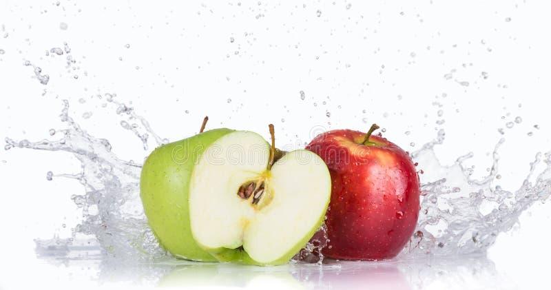 与水飞溅的新鲜的苹果 免版税图库摄影
